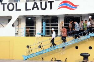 Presiden Jokowi didampingi sejumlah menteri meninjau kapal pengangkut sapi yang baru tiba di Pelabuhan Tanjung Priok, Jakarta, Jumat (11/12)
