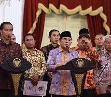 Presiden Jokowi dan Ketua DPR Ade Komarudin didampingi pimpinan DPR yang lain menyampaikan keterangan pers seusai rapat konsultasi, di Istana Merdeka, Jakarta, Senin (22/2) siang. (Foto: Oji/Humas)