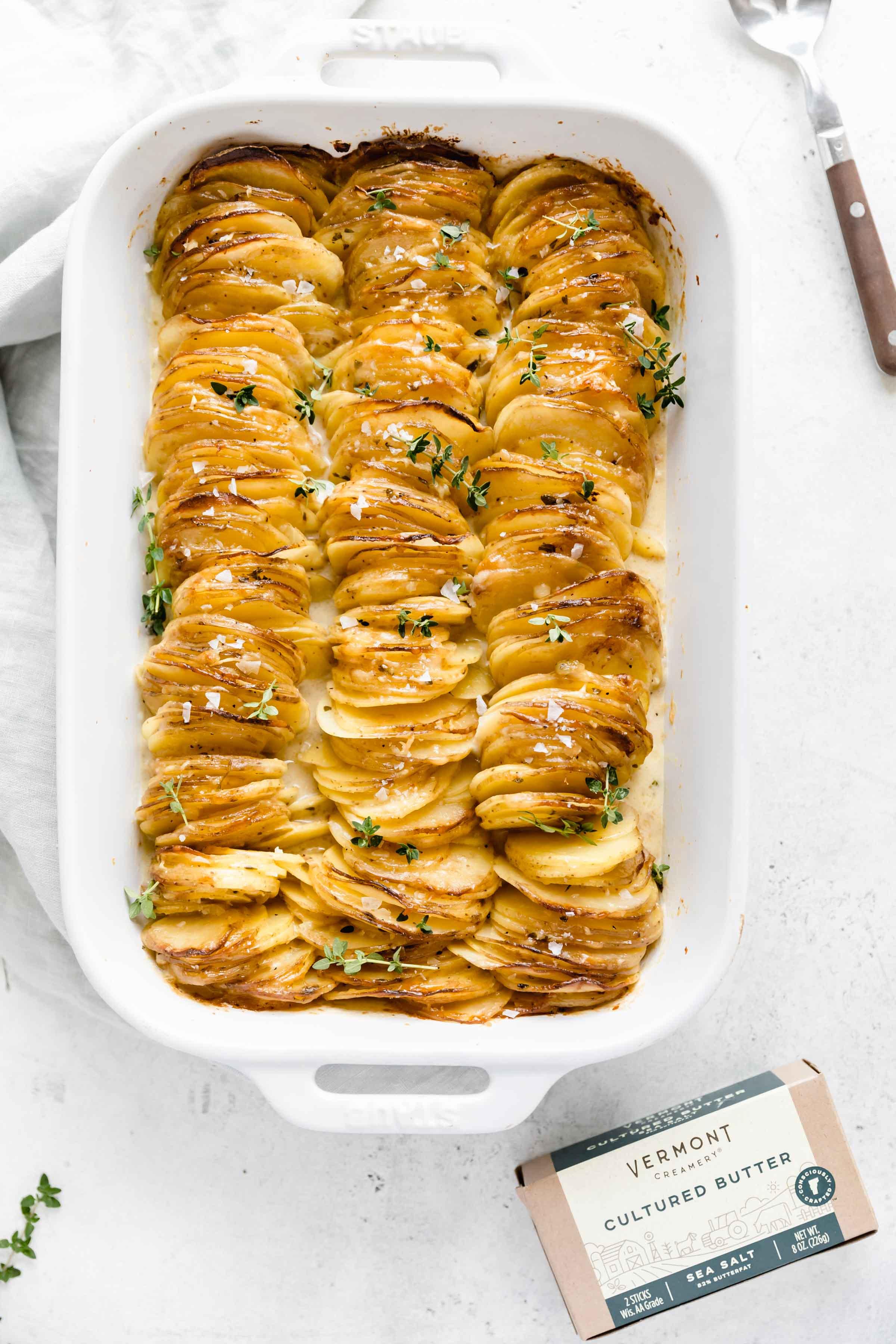 Des pommes de terre festonnées au fromage empilées verticalement pour créer un plat d'accompagnement croustillant, gluant et au fromage que toute la famille adorera!