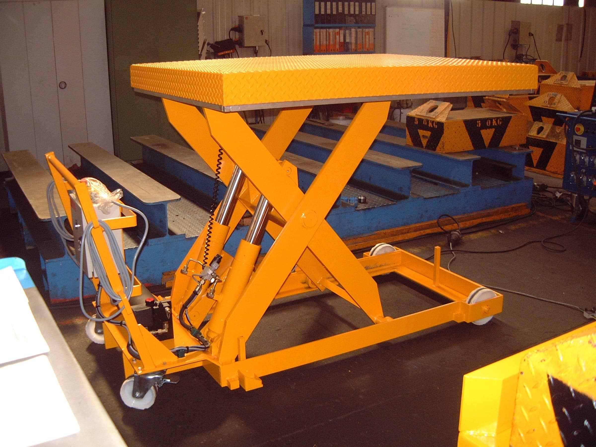 Table élévatrice électro-hydrauliques à simple ciseaux, mobile sur sol, déplaçable manuellement.