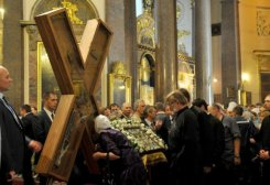 ©AFP / Olga Maltseva An Orthodox worshipper kisses the cross of Saint Andrew durng a ceremony in Saint Petersburg, on July 11, 2013