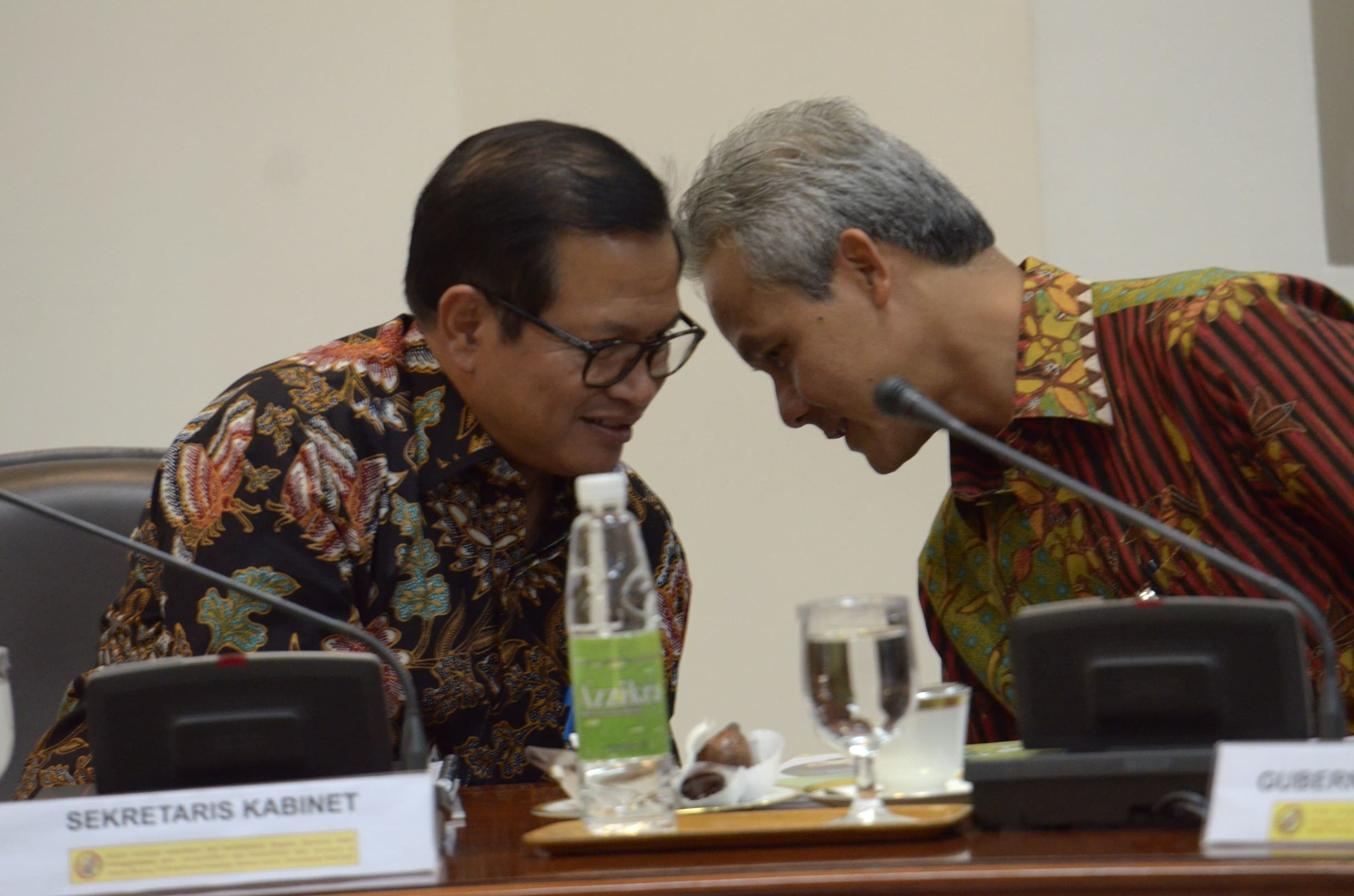 Seskab Pramono Anung dan Gubernur Jateng Ganjar Pranowo berbicara sambil berbisi sebelum mengikuti rapat terbatas, di Kantor Presiden, Jakarta, Selasa (28/2) sore. (Foto: JAY/Humas)