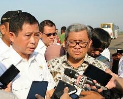 Menhub didampingi Gubernur Jabar menjawab pertanyaan wartawan terkait pembangunan Bandara Kertajati di Majalengka (14/1) (Foto:Humas/Rahmat)