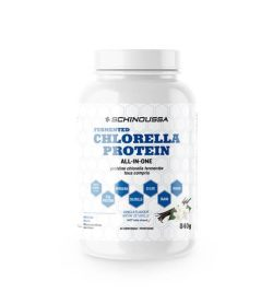 White container with white lid of Schinoussa Fermented Chlorella Protein all-in-one contains 840 g and 24 servings