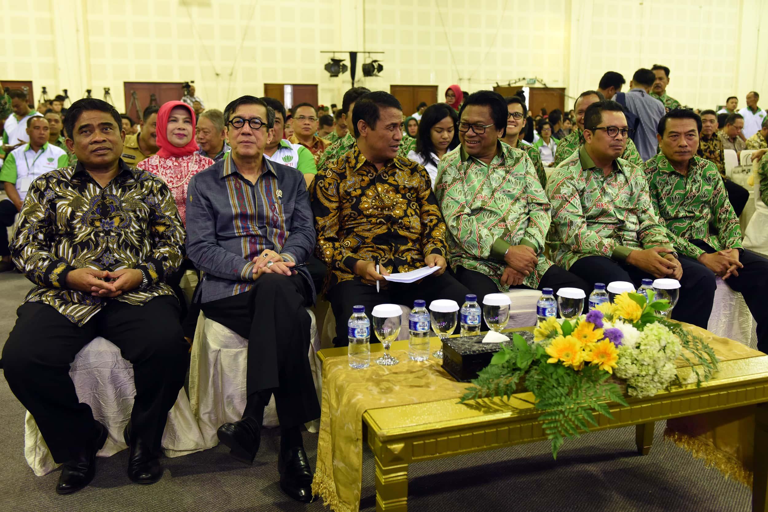 Menteri Pertanian dan para pejabat yang hadir dalam Silaturahmi dengan Para Peserta Rapat Pimpinan Nasional Himpunan Kerukunan Tani Indonesia (HKTI) Tahun 2017 di Hall Expo, Balai Kartini, Jakarta, Senin (10/4). (Foto: Humas/Rahmat)