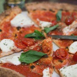 pizza margherita con mozzarella di bufala abbuffa zizzona di mondragone