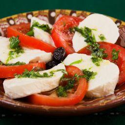 insalata caprese mediterranea con mozzarella di bufala a basso contenuto di colesterolo