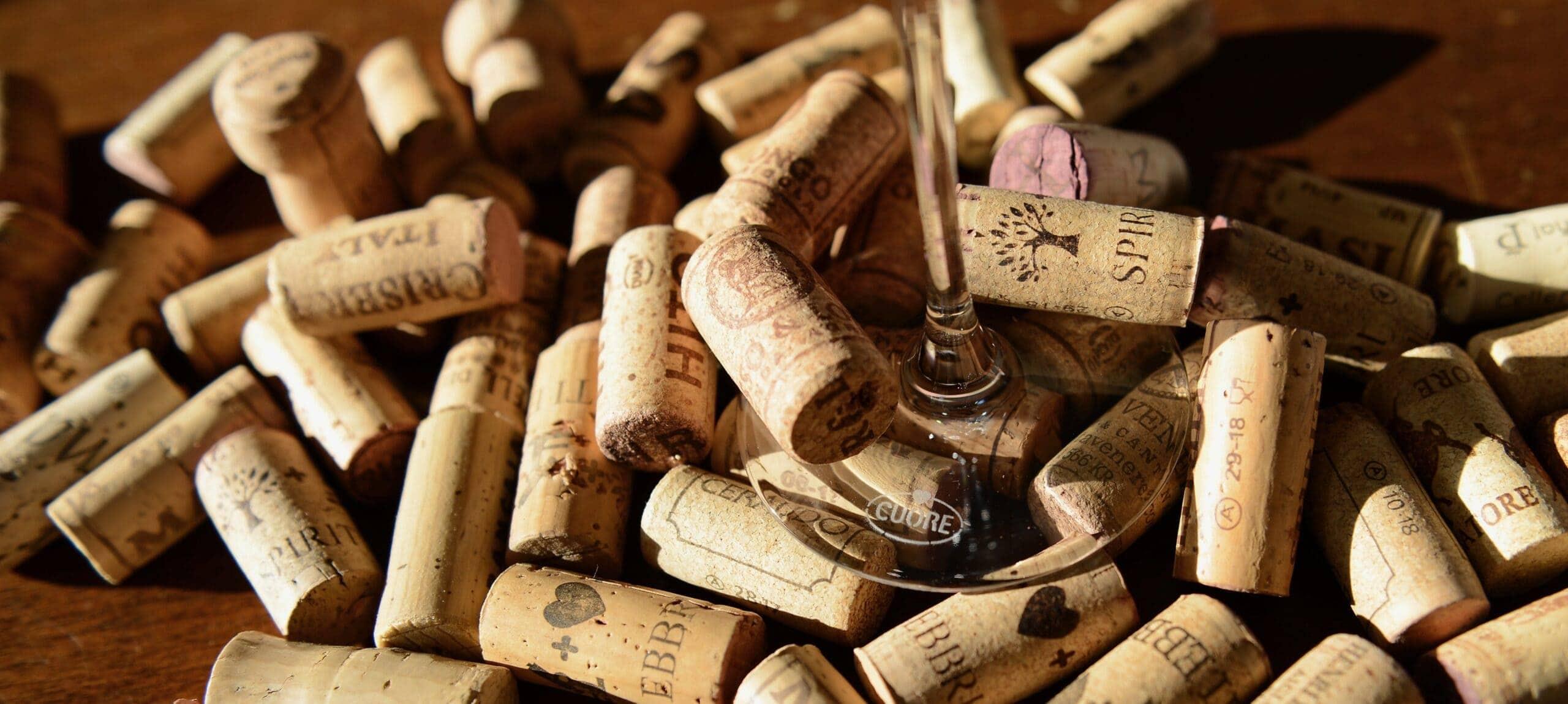 Sammelsurium von Korkzapfen aus Weinflaschen