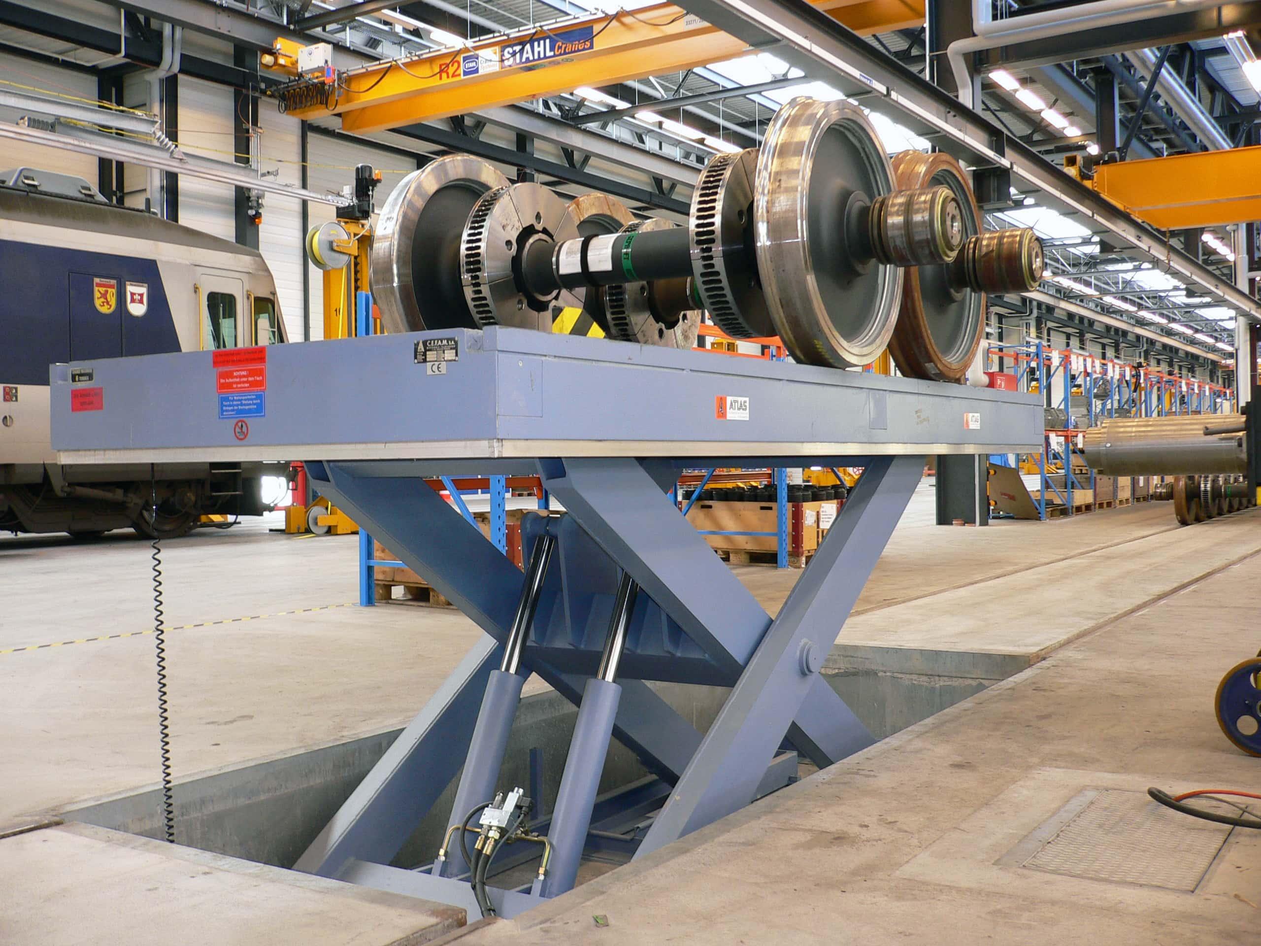 Table élévatrice électro-hydraulique encastrée en fosse avec section de voie ferrée. Mise à niveau d'essieux devant des contrôleurs