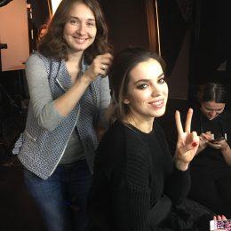 En modell får ordnet håret under en fotoshot i Moskva