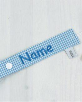 Schnullerband mit eingesticktem Namen in hellblau/weiß kariertem Vichy Stoff mit Holzklip