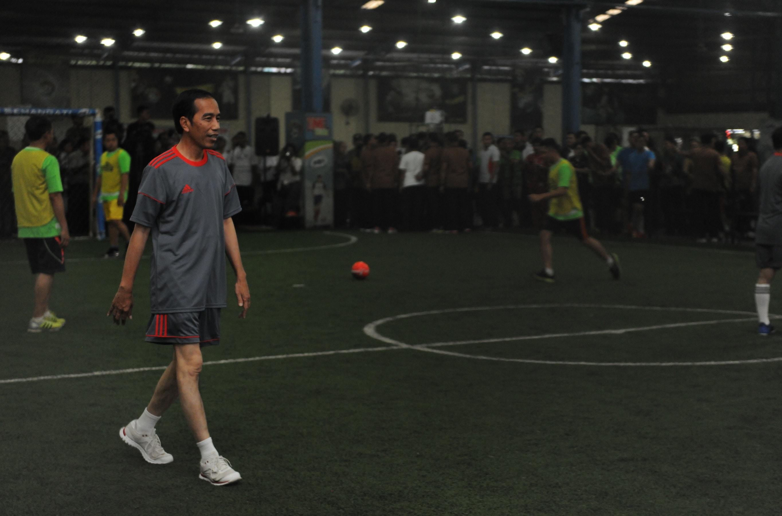President Jokowi on a friendly futsal match with journalists at Time Futsal, Pegangsaan, Jakarta, on Tuesday (7/2) (Photo: PR/Jay)