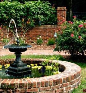 Teiche und Springbrunnen verleihen jedem Garten das gewisse Etwas. Mehr Inspiration können Sie bei Tipp zum Bau finden.