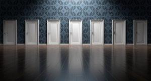 7 gleich aussehende geschlossene Türen nebeneinander
