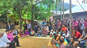 Presiden Jokowi berdialog dengan warga terkait pembangunan Bendungan Seunara, di Sabang, Aceh, Selasa (10/3)