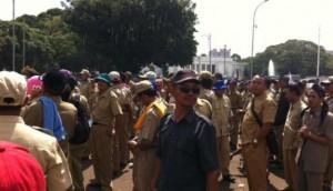 Para Kepala Desa dan Perangkat Desa saat berunjuk rasa, di halaman Istana Merdeka, Jakarta, Rabu (27/5) siang