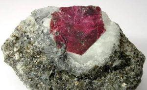 piedra en bruto de color rosa