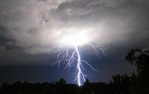 Die Folgen von Blitzeinschlägen sind vermeidbar. Wie erfahren Sie bei Tipp zum Bau.