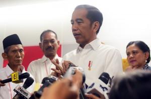 Presiden Jokowi menjawab wartawan usai menghadiri acara Batik Kemerdekaan, di Beranda Peron A Stasiun Moda Raya Terpadu (MRT) Bundaran Hotel Indonesia, Jakarta, Kamis (1/8) pagi. (Foto: Rahmat/Humas)