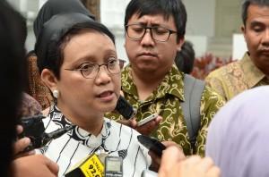 Menteri Luar Negeri Retno Marsudi menjawab pertanyaan wartawan di halaman Istana Negara (15/3). (Foto: Humas/ Jay)