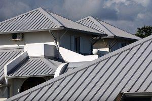 Das klassische Stehfalz-Dach bei Tipp zum Bau. Erfahren Sie hier alles zum Thema Dachformen des Metalldachs.