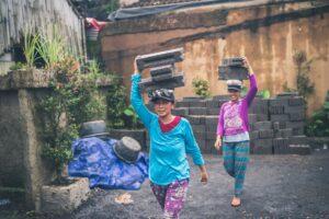 ladies liftin slabs on their head, manual handling