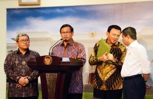 Seskab didampingi pejabat terkait memberikan keterangan pers usai mengikuti Rapat Terbatas mengenai kereta cepat di kantor Presiden, Jakarta Jumat sore (15/1) (Foto:Humas/Agung)