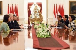 President Jokowi receives a delegation of ADB, at the State Palace, Jakarta, Wednesday (1/2) morning. (Photo: PR/Rahmat)
