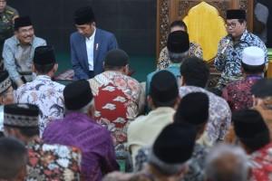 President Jokowi accompanied by Cabinet Secretary Pramono Anung during a distribution of Waqf Land Certificates at Jamiatul Huda Mosque, in Padang, West Sumatra, on Monday (21/5) (Photo: Rahmat/PR)