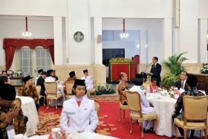 President Jokowi hosts a meeting with national role model, Paskibraka (National Flag Hoisting Team), and Gita Bahana Nusantara (National Choirs and Orchestra Group), at State Palace, Monday (20/8). (Photo: PR/Jay)