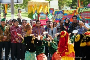 Dancers perform traditional dance to welcome Cabinet Seretary Pramono Anung at Univesitas Negeri Padang (Padang State University) in Padang, West Sumatra, Saturday (20/10). (Photo by: Dindha M/ PR Division).