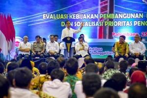 President Jokowi during working visit to Palembang, South Sulawesi, Sunday (25/11). (Photo by: Agung/ PR Division)