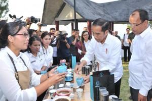 Presiden Jokowi mencicipi kopi saat berkunjung ke Sipinsur Geosite, Desa Parulohan, Kecamatan Paranginan, Kabupaten Humbang Hasundutan, Senin (29/7) sore. (Foto: JAY/Humas)