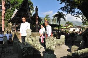 President Jokowi accompanied by First Lady Ibu Iriana visits Huta Siallagan Village, Samosir Regency, Wednesday (31/7). (Photo by: Jay/ PR)
