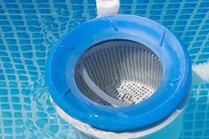 Eine Filteranlage hält Ihren Gartenpool sauber.
