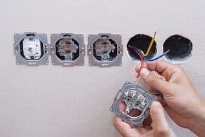 elektrische Leitungen, Mauer, Steckdose
