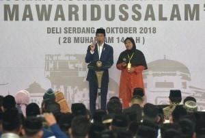 President Jokowi has a dialogue with residents when inaugurating Micro Waqf Bank at Mawaridussalam Islamic Boarding School, Tumpatan Nimbung Village, Deli Serdang, Monday (8/10). (Photo: Rahmat/PR)