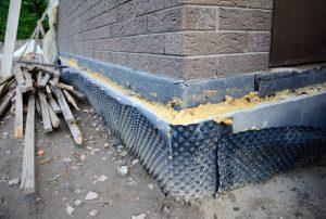 Hausecke einer Kellerwanne im Altbau, die mit einer speziellen Folie abgedichtet ist.