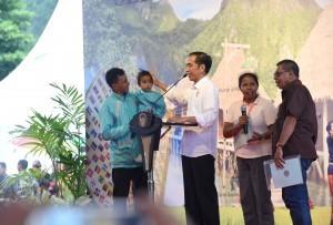 President Jokowi distributes land certificate to people in Hatu, West Lehitu Sub-district, Central Maluku, Maluku, on Wednesday (14/2)