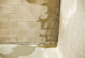 Regenwasserlecks an der Wand verursachen in Kellern ohne Kellerwanne im NeubauSchäden.