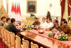 Presiden Jokowi didampingi sejumlah menteri menerima delegasi pimpinan SoftBank, Jepang, di Istana Merdeka, Jakarta, Senin (19/7) pagi. (Foto: Rahmat/Humas)