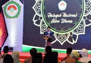 President Jokowi delivers a remarks in the National Halaqah (religious gathering) of Alim Ulama (Muslim Scholars) of the Majelis Dzikir Hubbul Wathon, at the Flores Ballroom, Borobudur Hotel, Jakarta, on Thursday (13/7)