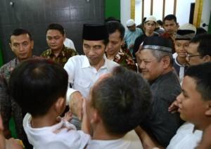 President Jokowi greets a young boy at the Jami Assa'adah Mosque, Sentul, Bogor Regency, West Java, on Sunday (4/6)