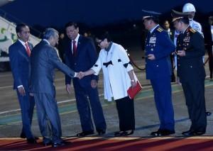 President Jokowi welcomes Malaysian Prime Minister Mahathir Mohammad at Halim Perdanakusuma Airport, Jakarta, on Thursday (28/6). (Photo by: Rahmat/Public Relations)