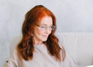 Frisuren für Frauen ab 50 - Kupferne Haarfarbe