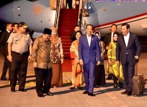 President Jokowi arrives at Surabaya, Sunday (18/11). (Photo by: BPMI)