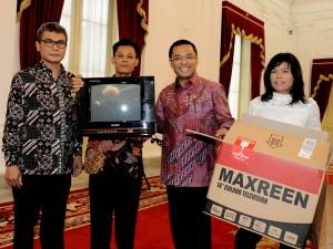 SKP Komunikasi dan Menteri Perindustiran bersama Kusrin (dua dari kiri), perakit televisi tabung, berpose bersama setelah diterima Presiden Jokowi di Istana (25/1). (Foto: Biro Pers dan Media, Sekretariat Presiden)