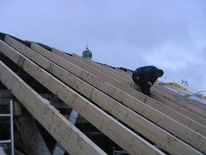 Bei Schäden ist eine Überprüfung Ihres Metalldachs durch den Dachdecker unerlässlich.