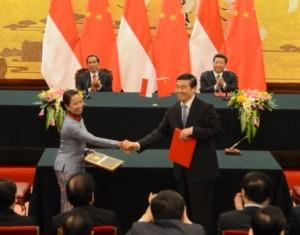 Presiden Jokowi dan Preside RRT Xi Jinping menyaksikan penandatanganan MoU antara Menteri BUMN dengan mitranya, di Beijing, Kamis (26/3)