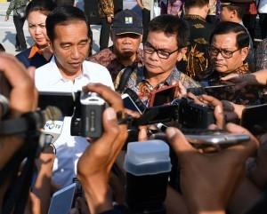 President Jokowi answers reporters' questions in Mojokerto Regency, East Java Province, Sunday (10/9)